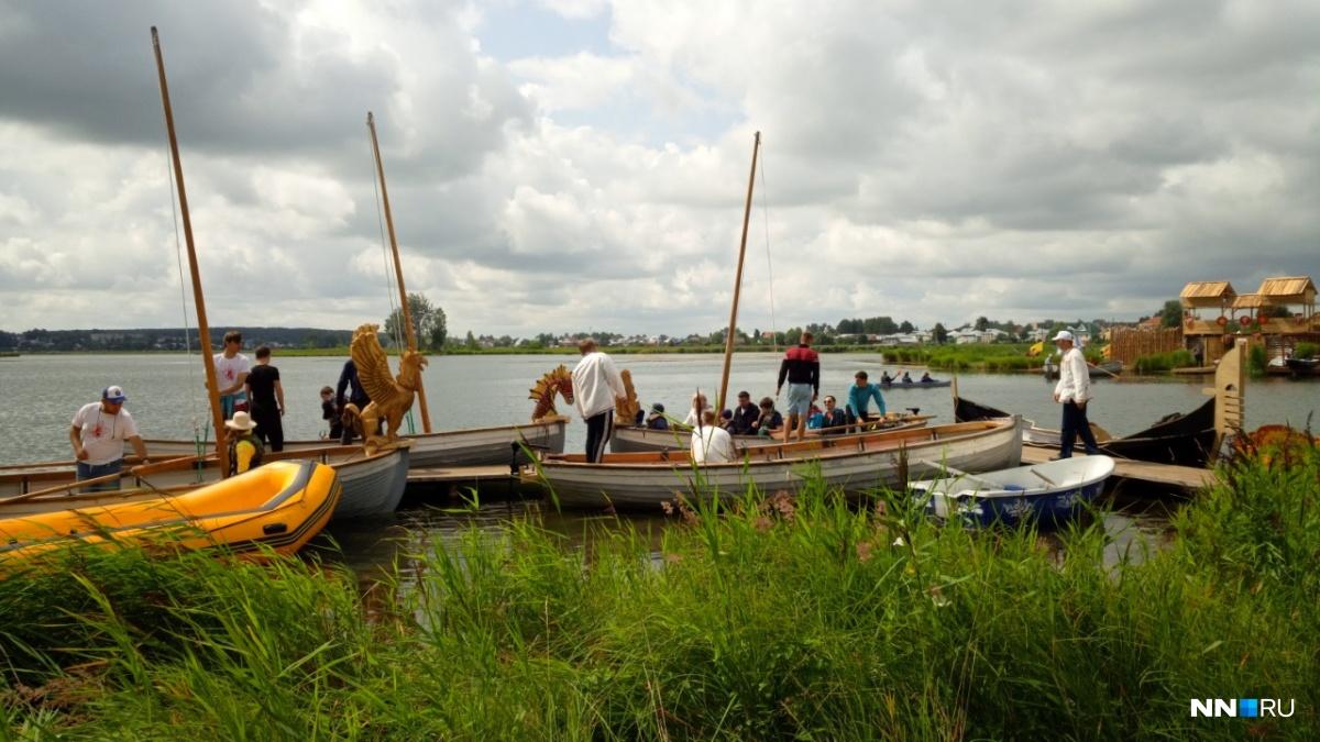 С лодками, богатырями и вопреки погоде. Показываем эмоции фестиваля «Русская Тоскания»