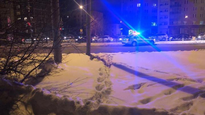 В Екатеринбурге водитель Lada Largus сбил ребенка, который перебегал дорогу в 10 метрах от «зебры»