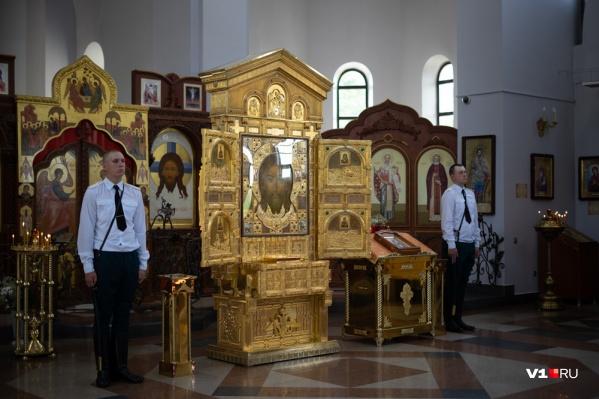 Путешествующую по всей России икону охраняют двое военных
