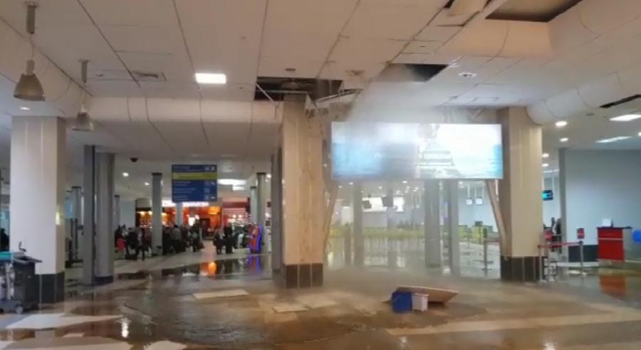 Терминал аэропорта Толмачёво затопило из-за прорыва трубы