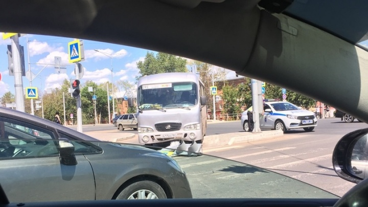 В Самаре маршрутка снесла светофор на Московском шоссе