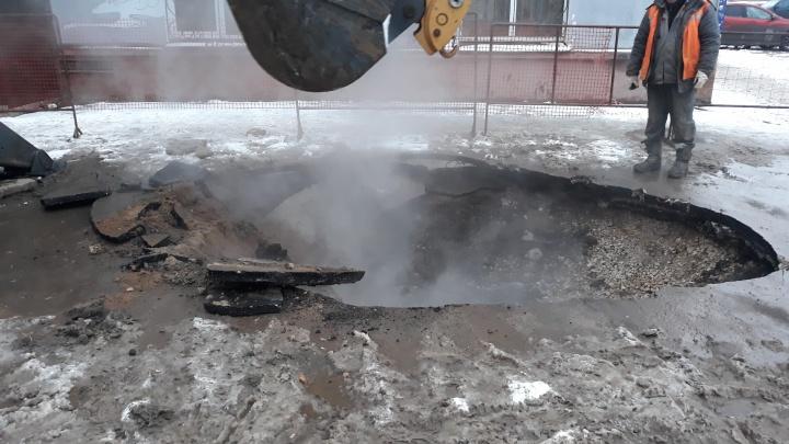 Кипяток из-под земли: на Печерской прорвало теплотрассу