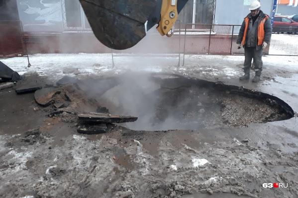 Рабочие разрыли яму рядом с одним из жилых домов