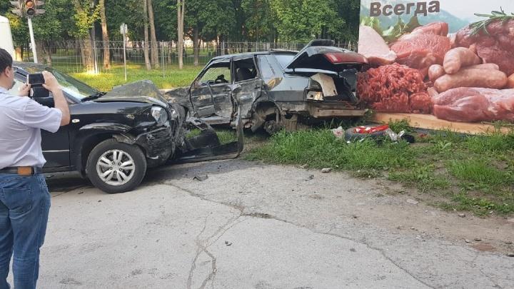 Молодого водителя увезли в больницу после аварии сHyundai на Народной