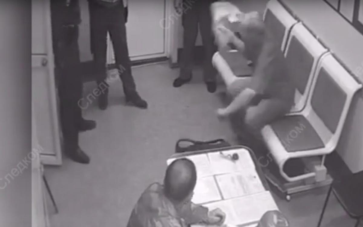 Мужчина замахнулся на сотрудников, после чего его скрутили