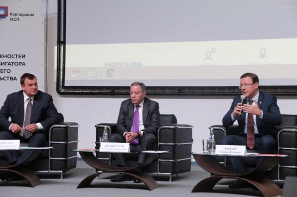 Глава федеральной корпорации по развитию МСП Александр Браверман (в центре) и Дмитрий Азаров (справа) одобрили проекты общим объемом инвестиций в 2 миллиарда рублей