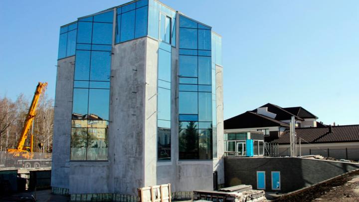 В Омске за 100 миллионов продают пятиэтажный стеклянный особняк с лифтом и бассейном