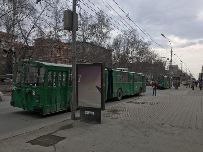 На перекрёстке скопилось несколько троллейбусов