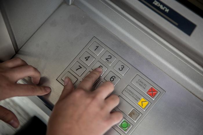 В облсуде осуждённые утверждали, что начали разбивать банкомат, так как он не выдал им деньги с карточки