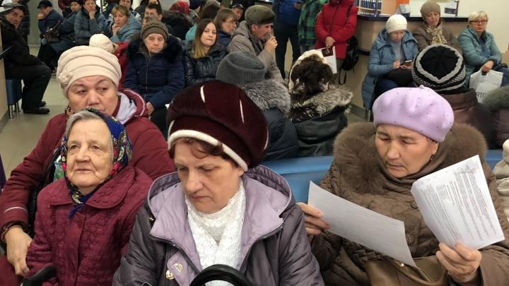 «Очередь как в мавзолей»: горожане из-за ошибок в квитанциях осадили тюменские ТРИЦ