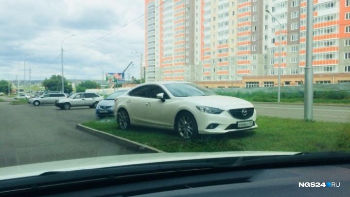 В Красноярске вводится штраф до 100 тысяч за парковку на газонах