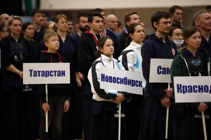 Татьяна Щербакова с табличкой «Новосибирск», Мария Пономарёва в белой куртке рядом