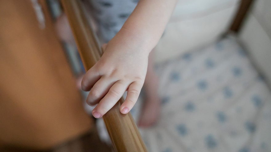 Мать трясла и швыряла в кроватку 2-месячную дочь в попытке ее успокоить. Девочку отправили в детдом