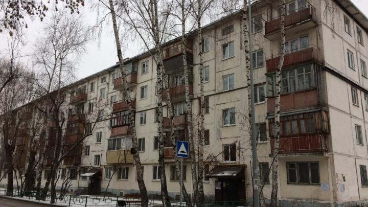 Ночью с балкона на третьем этаже выпала тюменка. Спасти женщину не удалось