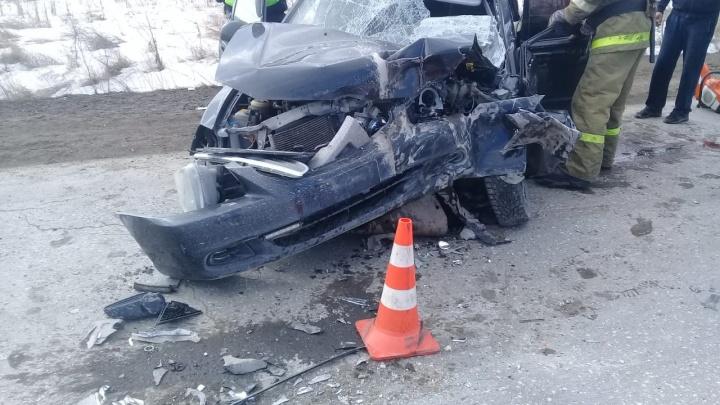 В Екатеринбурге при столкновении грузовика и легковушки школьник получил перелом челюсти