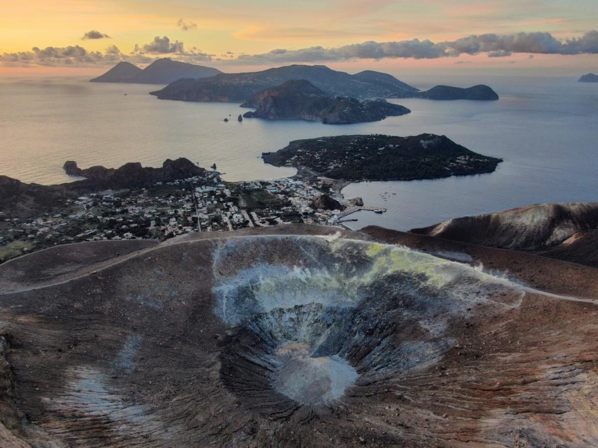 Один из вулканов на острове действует