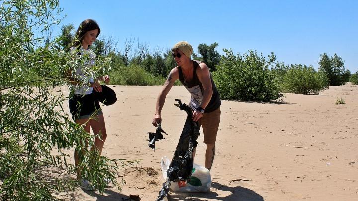 «После выходных он превращается в помойку»: волгоградцы разгребли залежи мусора на пляже