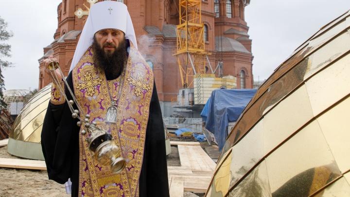 «Вчера не было, а сегодня золотом загорелись»: в Волгограде достали купола храма Александра Невского