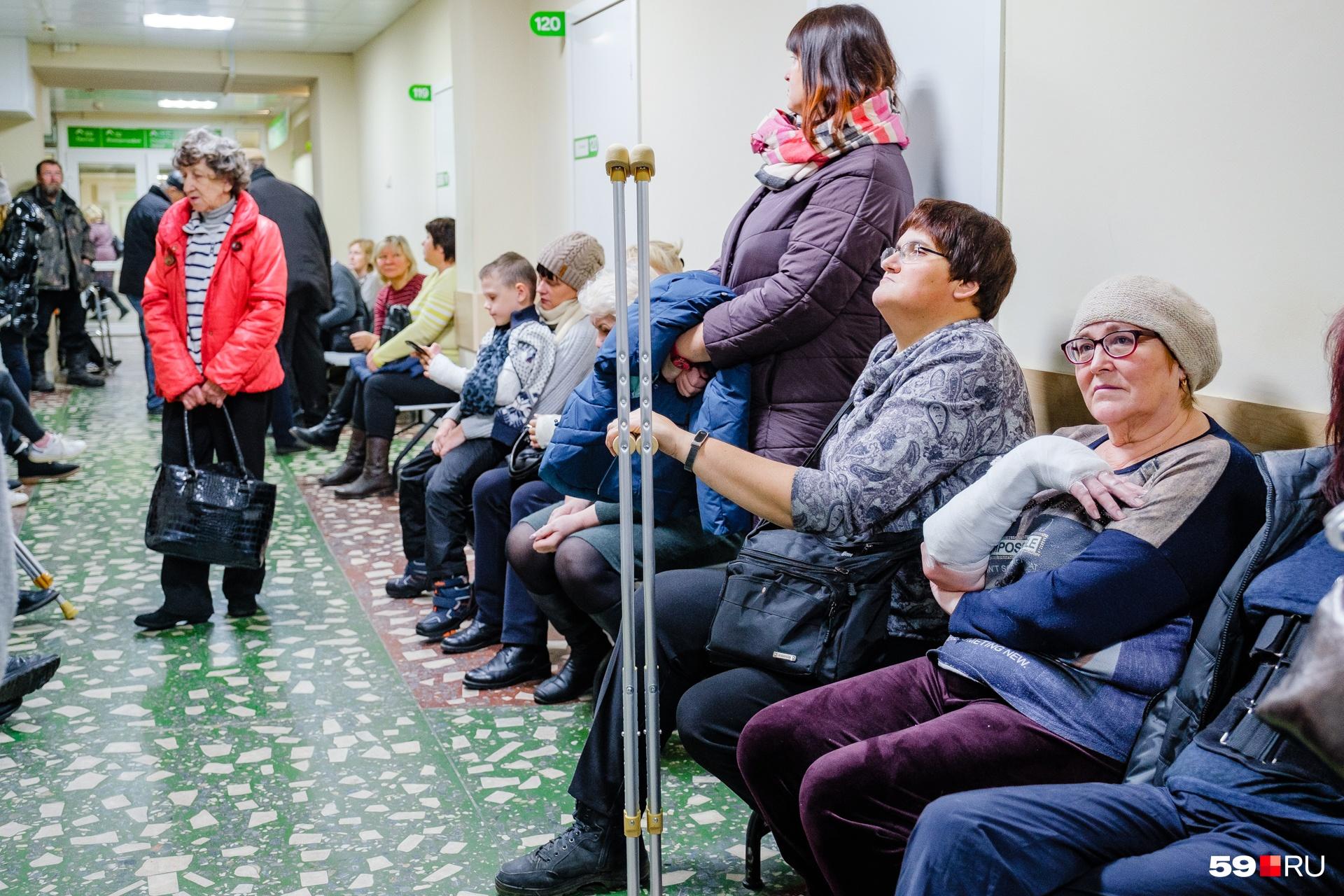 Эти люди уже несколько часов ждут своей очереди и бегают по кабинетам