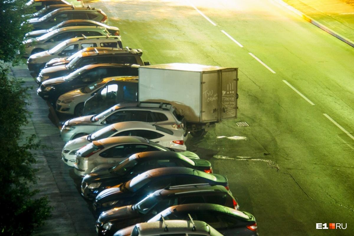 В ДТП пострадали три машины, которые были припаркованы вдоль дороги