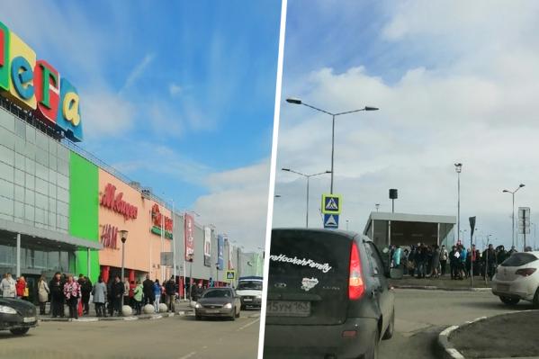 Арендаторы ТЦ и покупатели около часа провели на улице