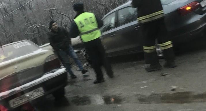 Водителя Nexia увезли в больницу: на Вторчермете в лобовую столкнулись две легковушки
