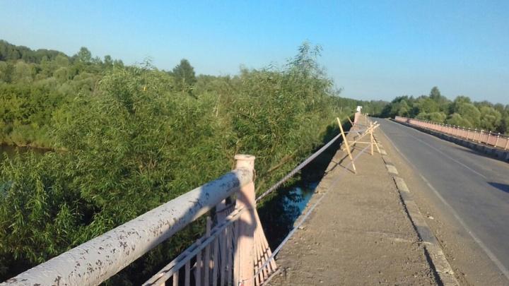 В Башкирии разрушается мост через реку