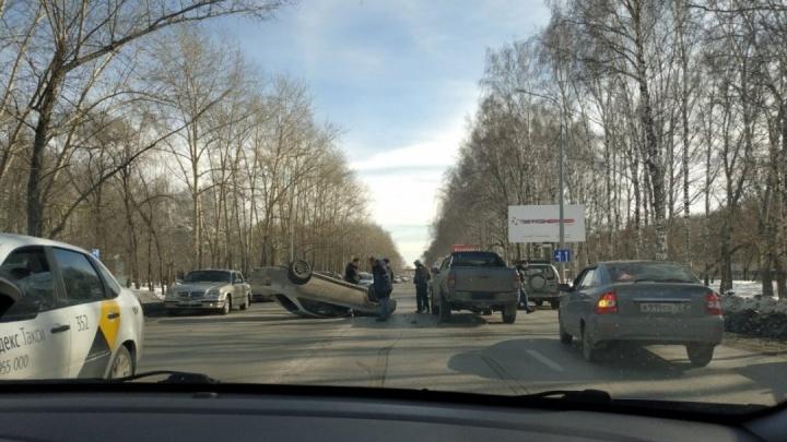 На 50 лет ВЛКСМ посреди дороги перевернулась иномарка