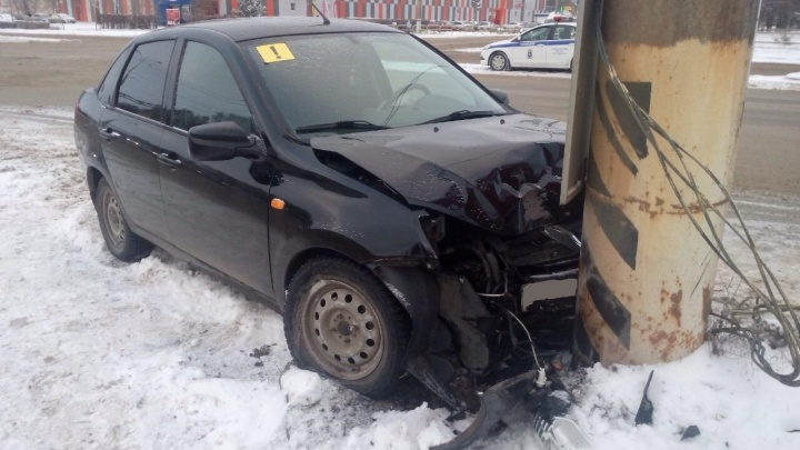 В Самарской области неопытная женщина-водитель врезалась в столб