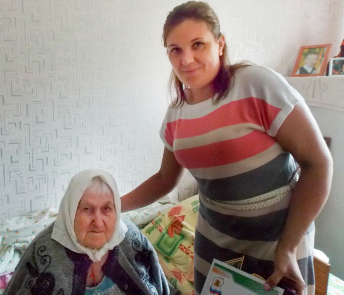 90-летнюю труженицу тылаАвгусту Краснопёрову поздравили с днём рождения