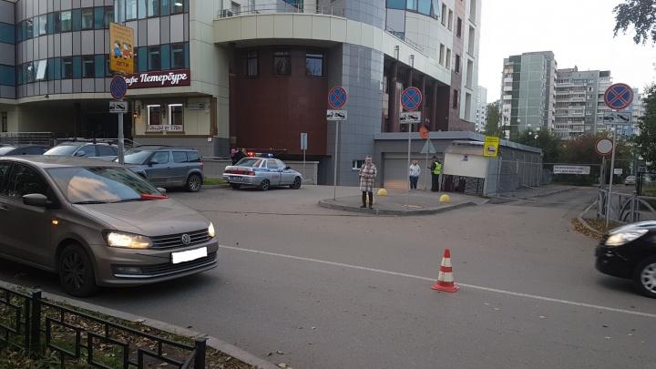 В центре Екатеринбурга опытный водитель сбил школьника, который перебегал дорогу в неположенном месте