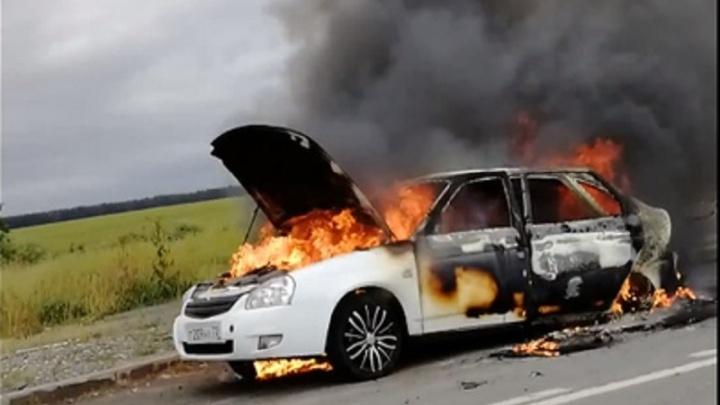На трассе Тюмень — Екатеринбург сгорела Lada Priora