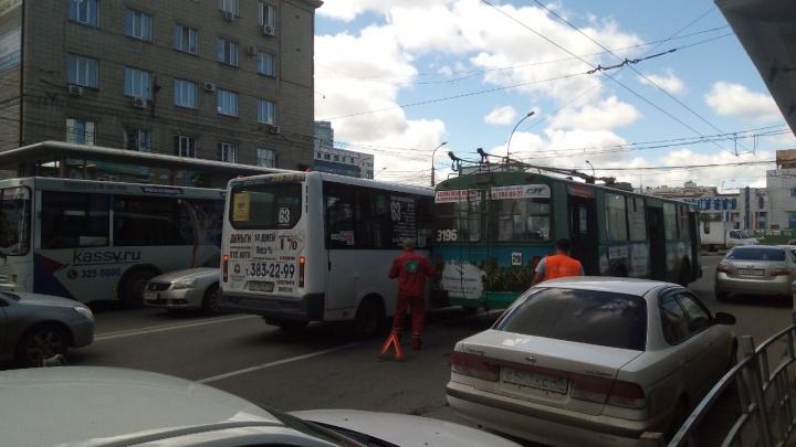 ДТП с маршруткой и троллейбусом заблокировало движение по проспекту Маркса