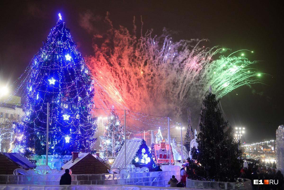 В этом году в ледовом городке Екатеринбурга впервые за много лет живая ёлка! Только посмотрите, какая она красавица. Больше фото с открытия городка —  здесь