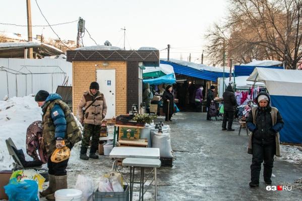 На некоторых рынках даже палатки ставят прямо на снег