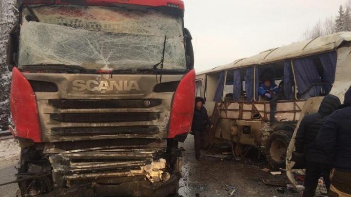На трассе в Прикамье автобус столкнулся с фурой: пострадали семь человек