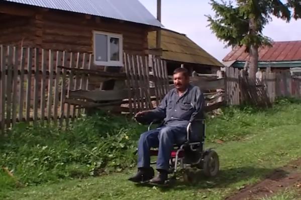 Виктор передвигается на коляске