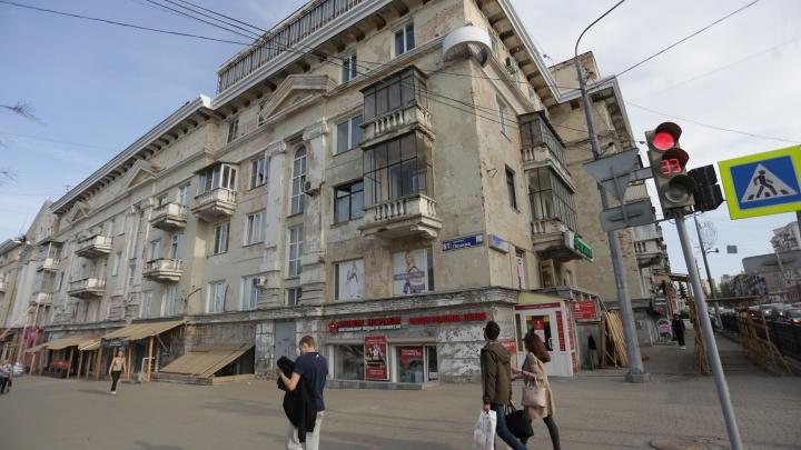 «Превращают в сарай»: дому с упавшим балконом в центре Челябинска начали делать «пластику»