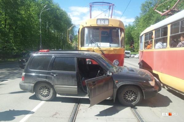 Трамвай протаранил иномарку, когда она разворачивалась через рельсы
