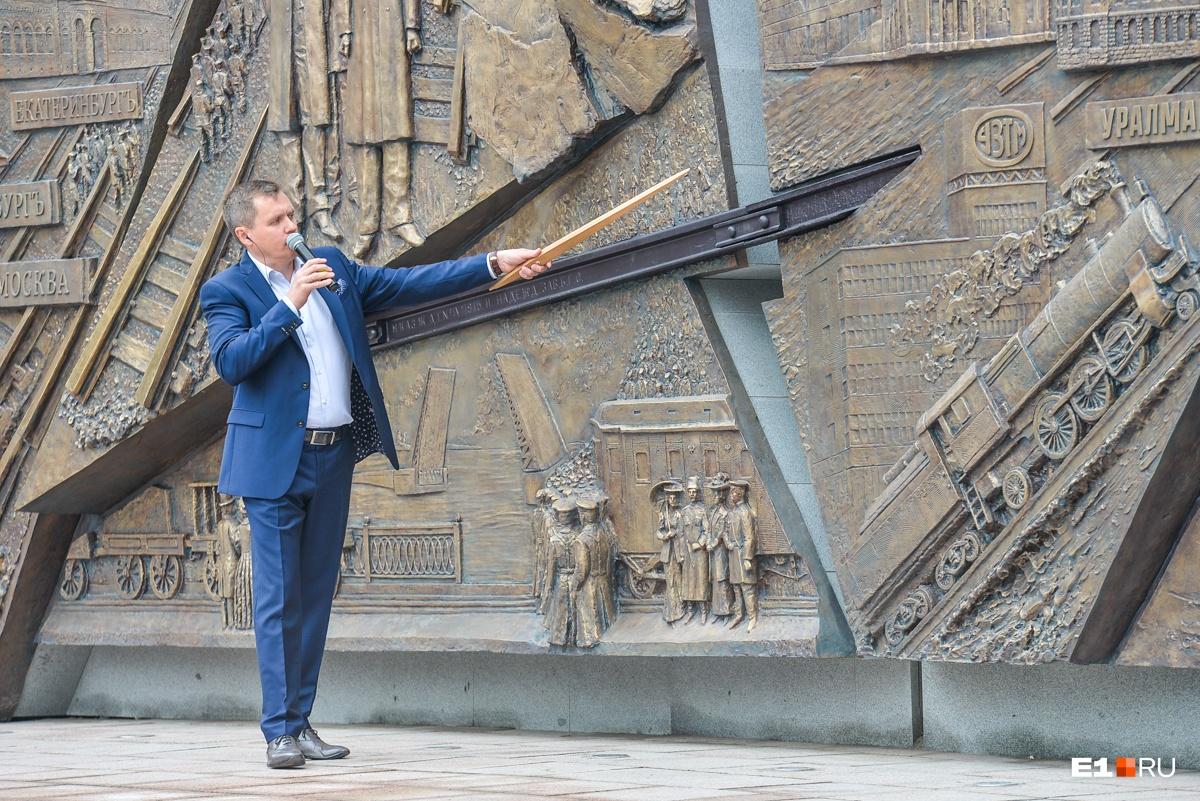 Сергей Титлинов говорит, что памятник полностью отражает важные этапы развития железной дороги