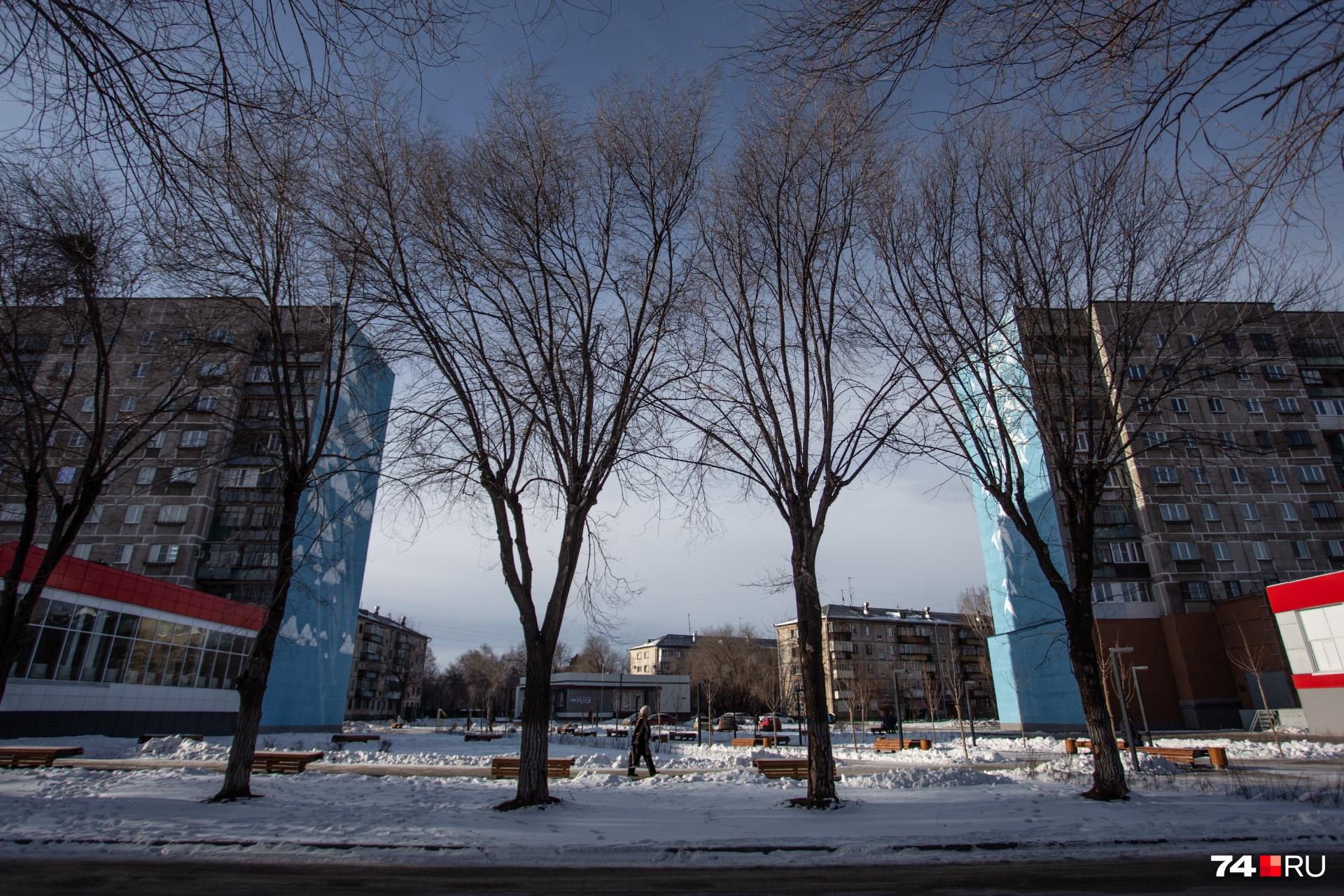 Так сейчас выглядит обрушившийся дом. О трагедии напоминают только памятные граффити на стене взорвавшейся многоэтажки — 39 птиц из оригами