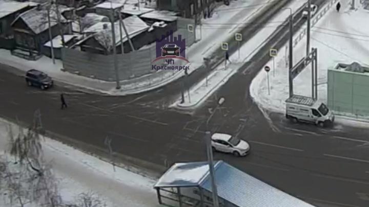 Наглый пешеход сбил боковое зеркало машине при попытке перейти Копылова