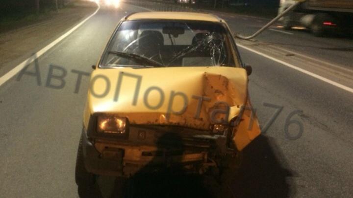 Водитель «Оки» протаранил колесо МАЗа и убежал