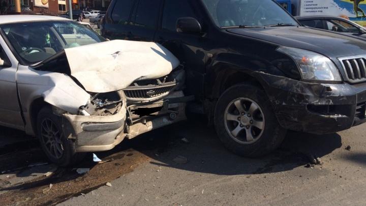Таксист на «Ниссане» влетел в «Прадо»: пассажирке понадобился врач