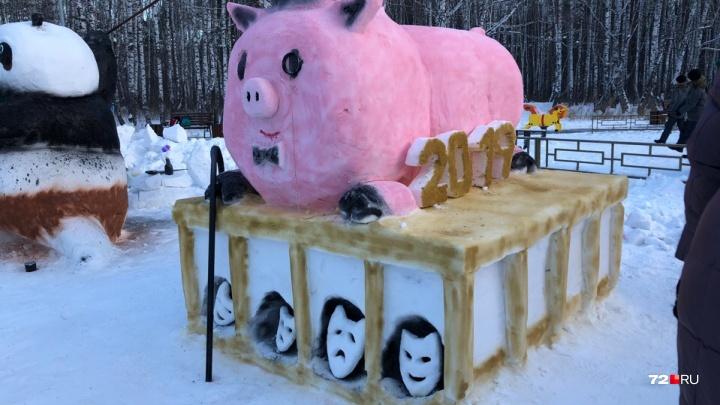Свинья с моноклем, кунг-фу панда и Маша: разглядываем работы участников битвы снеговиков в Тюмени