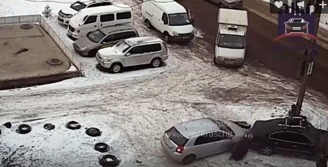 Женщина за рулем устроила нелепую аварию с пешеходом на парковке