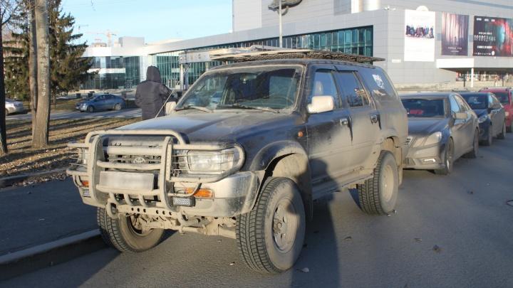 Екатеринбуржцу запретили ездить на Toyota 4Runner из-за долга в 86 тысяч рублей