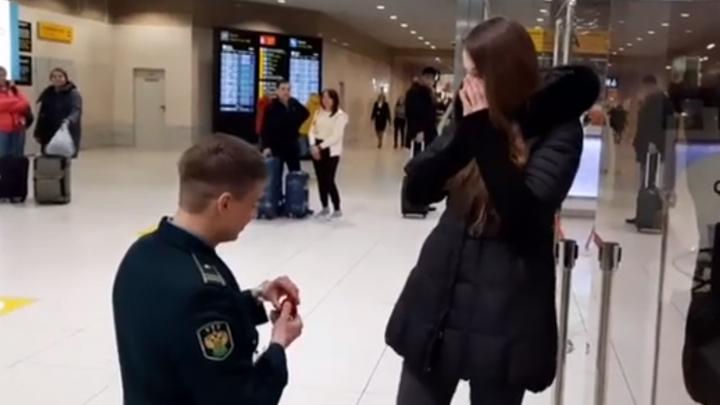 В Кольцово парень сделал предложение девушке по громкой связи. Трогательный момент попал на видео