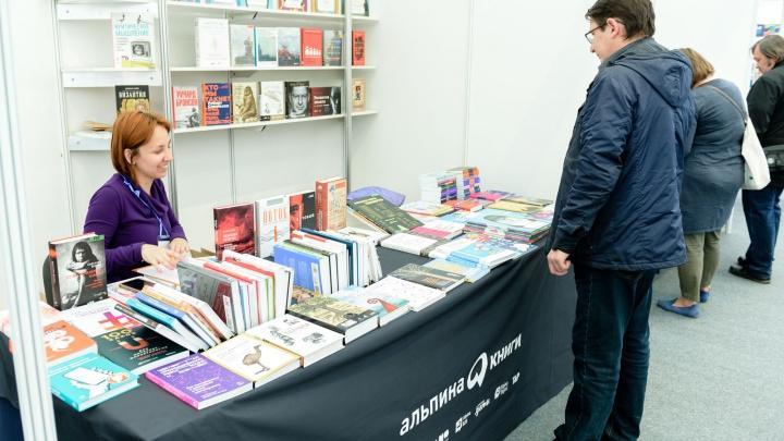 Новинки литературы и фестиваль поэзии: перед Театром-Театром развернулась Большая книжная ярмарка