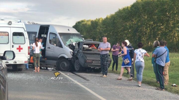 Под Новосибирском столкнулись «Жигули» и пассажирский автобус— водитель легковушки погиб на месте